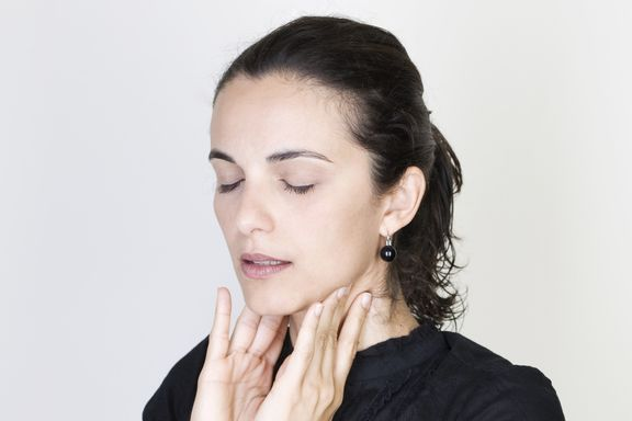 11 Causas Potenciales del Dolor de Garganta (Sintomas de Cada Causa)