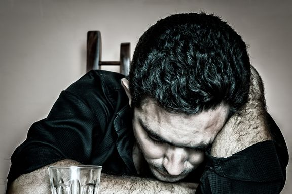 10 sintomi dell'abuso di alcool: quando bere diventa un problema