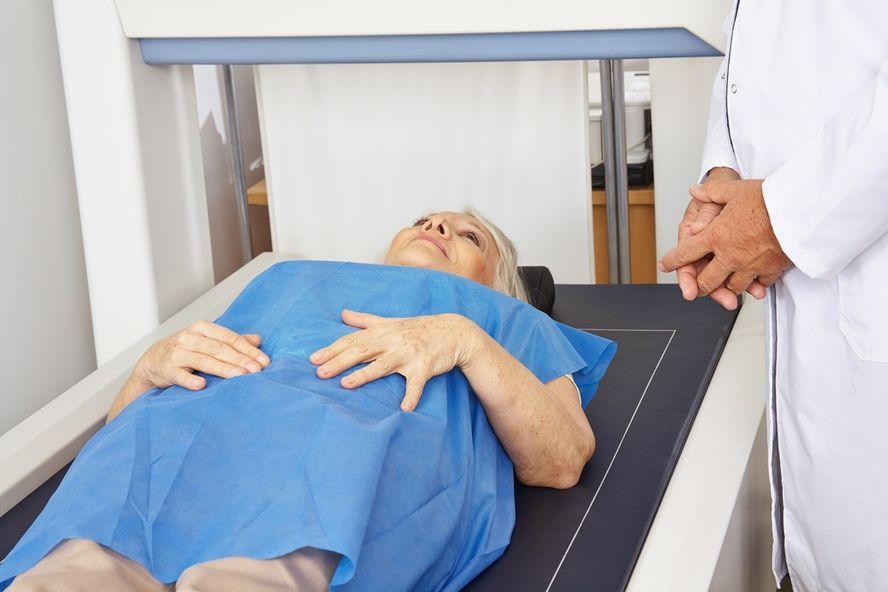 10 Symptome und Behandlungsmethoden bei Knochenkrebs