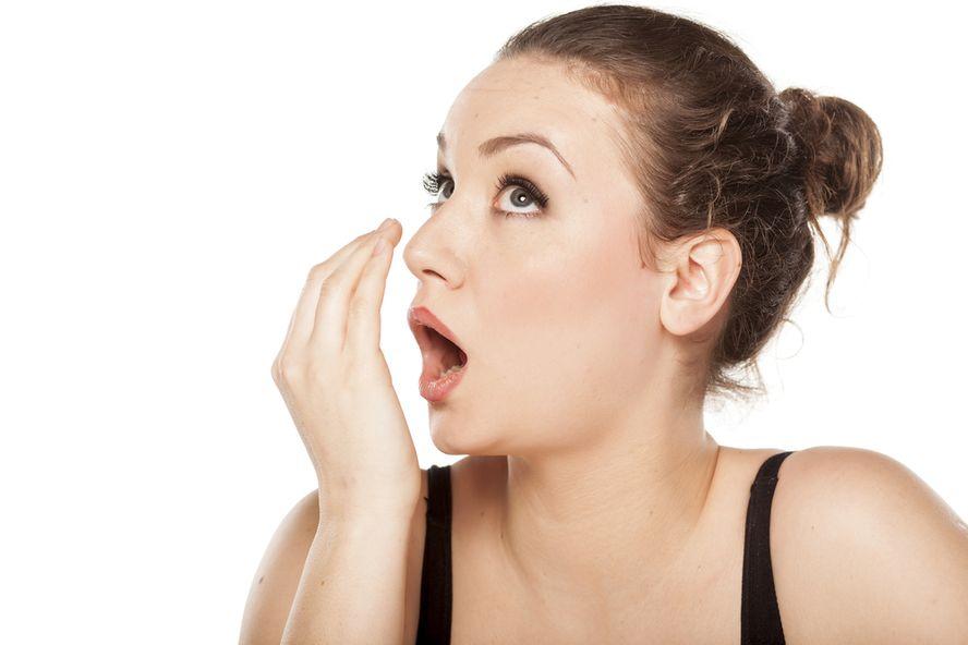 ¿Se quedó sin goma de mascar? ¡No se preocupe! Seis maneras de acabar con el mal aliento…¡de inmediato!