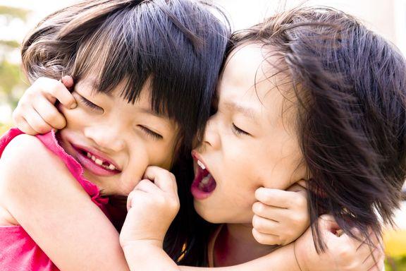 8 einzigartige Gesundheitsvorteile von Geschwisterrivalität