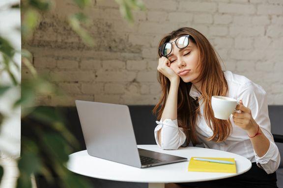 Symptome für Vitamin-B12-Mangel bei Frauen (Plus Ursachen, Behandlung & mehr)